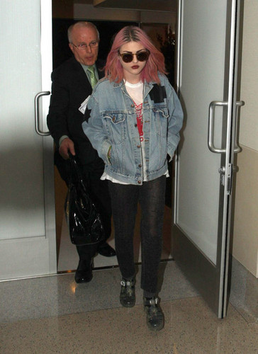 Frances Bean Cobain wallpaper containing sunglasses called Frances Bean Cobain Departs LAX