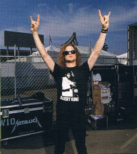 Jason Newsted karatasi la kupamba ukuta with a chainlink fence and sunglasses entitled Jason