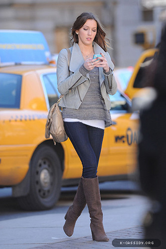 Katie is back on Gossip Girl set (October 11th)