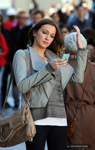 Katie is back on Gossip Girl set (October 11th)