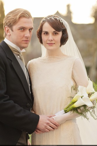 Downton Abbey 壁纸 containing a bouquet and a business suit entitled Mary and Matthew Crawley Wedding