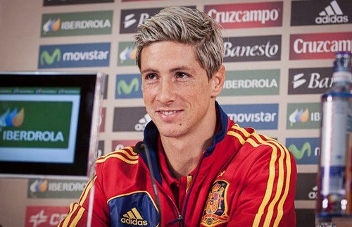 Fernando Torres karatasi la kupamba ukuta with a sign titled Nando's New Hairstyle
