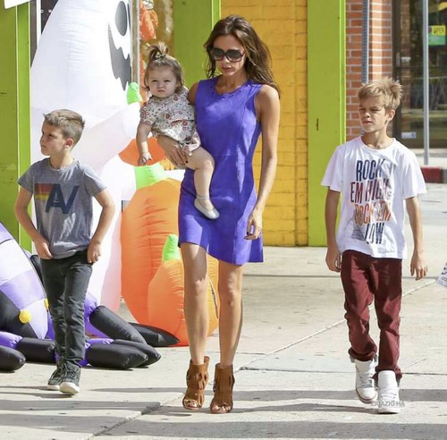 Victoria Beckham wallpaper possibly with a street entitled Oct. 6th - Santa Monica - Victoria and kids shopping for Holloween costumes