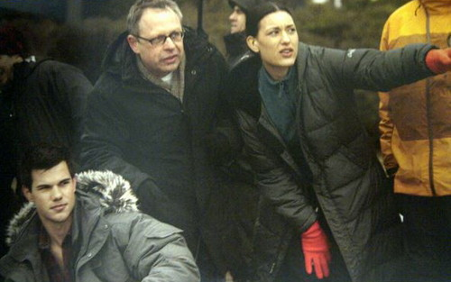 Taylor and Julia with Bill Condon BTS - BDp1