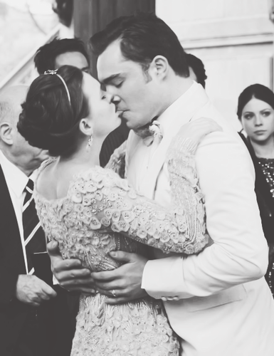 Blair & Chuck karatasi la kupamba ukuta containing a bridesmaid and a business suit entitled ➞ chuck&blair