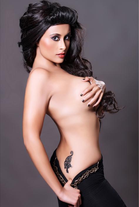 Hot Aiysha Saagar Topless 照片