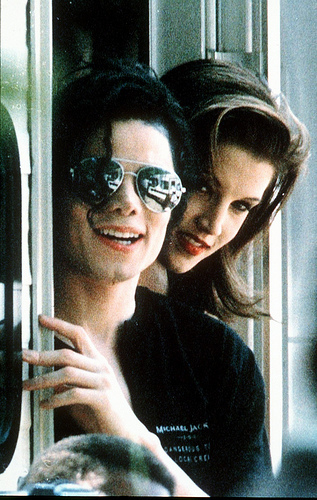 Lisa Marie Presley fond d'écran probably with sunglasses called Last.fm