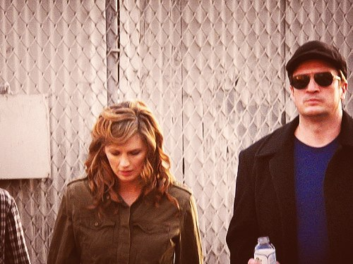 Nathan Fillion & Stana Katic karatasi la kupamba ukuta with a chainlink fence and sunglasses called Nathan Fillion & Stana Katic