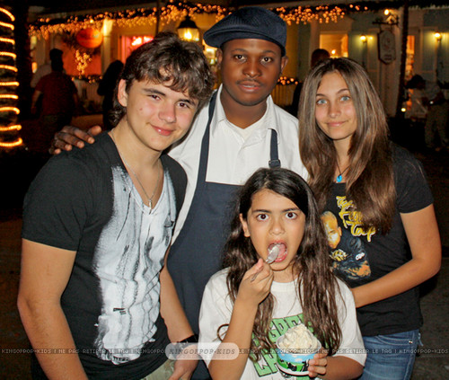 Prince Jackson, ?, Blanket Jackson and Paris Jackson in Bahamas 2011 ♥♥