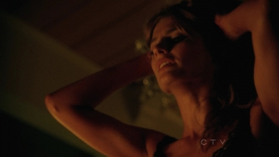 स्टाना कैटिक वॉलपेपर probably with a concert, a portrait, and skin entitled Stana in Castle's 5x04