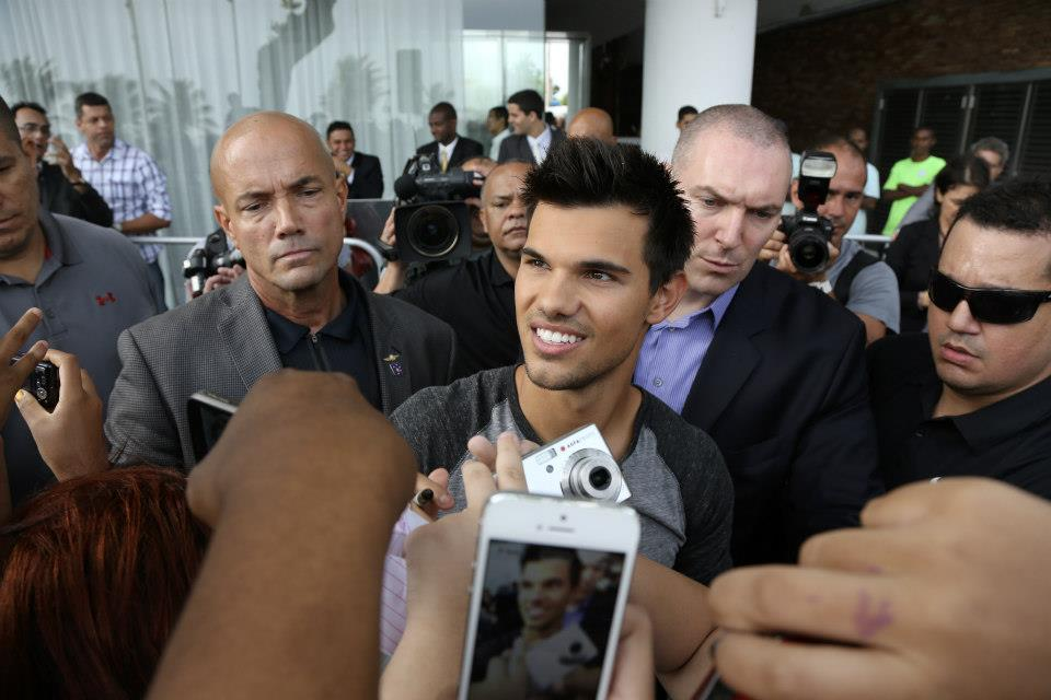 Taylor Lautner with Brazil Фаны promoting BDp2