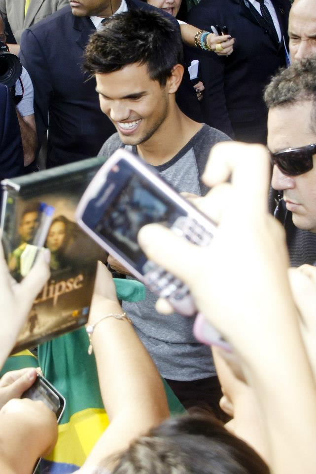 Taylor Lautner with Brazil những người hâm mộ promoting BDp2