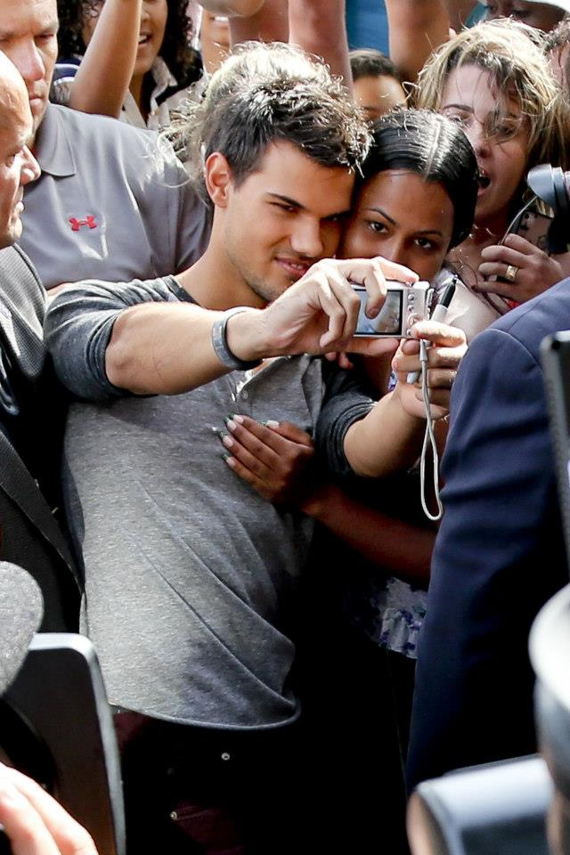 Taylor Lautner with Brazil ファン promoting BDp2