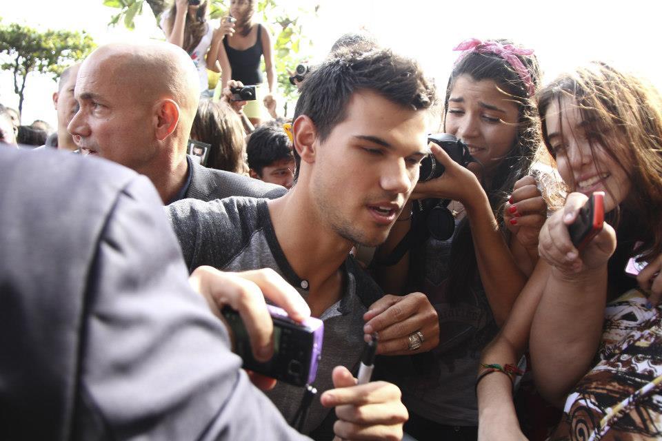Taylor Lautner with Brazil những người hâm mộ promoting BDp2