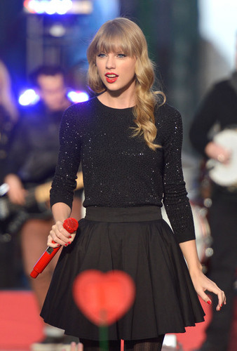 Taylor performing on Good morning america, 23 oct 2012