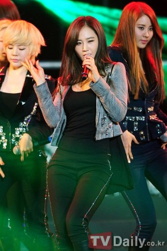 Girl's Generation/SNSD karatasi la kupamba ukuta possibly with a hip boot, long trousers, and a legging titled Yuri Body 1