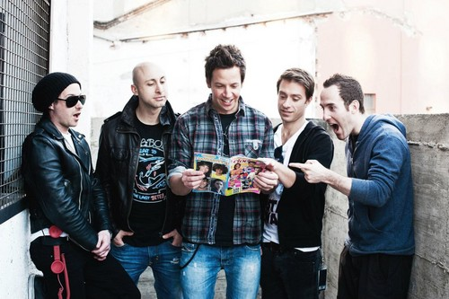 Simple Plan wallpaper with a business suit, a well dressed person, and a street entitled ╰☆╮ Simple Plan ╰☆╮