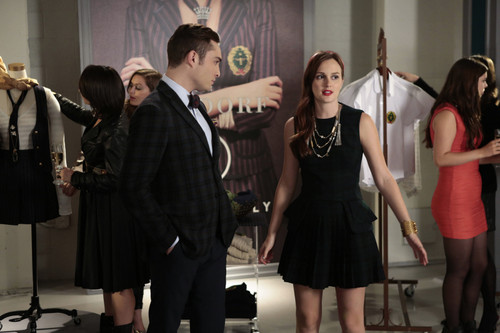 Blair & Chuck karatasi la kupamba ukuta called Chuck and Blair 6x07 still