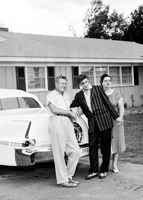 Elvis, Vernon and Gladys Presley in front of their trang chủ in Audubon Drive, 1956.