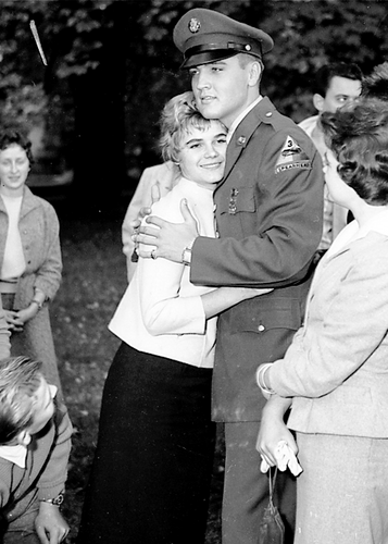 elvis presley fondo de pantalla probably containing a green beret, dress blues, uniforme de campaña, and vestido de batalla called Elvis and Margit Bürgin, Germany, October 1958