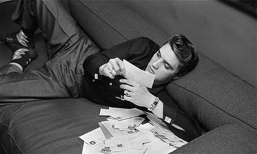 Elvis পাঠ করা অনুরাগী letters