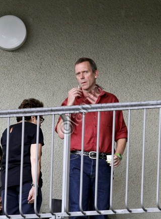 Hugh Laurie karatasi la kupamba ukuta called Hugh Laurie and his wife Jo Green-July 2012