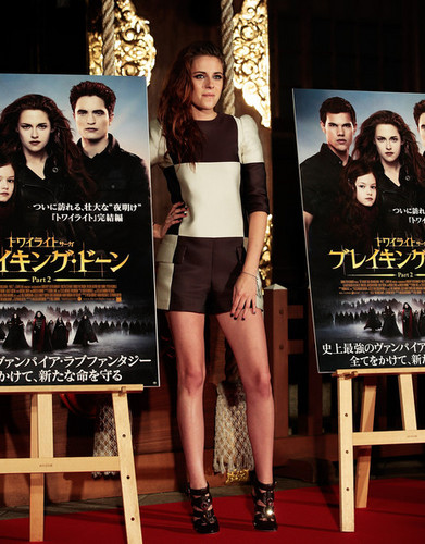 Kristen Stewart promoting Breaking Dawn in Tokyo, Japon