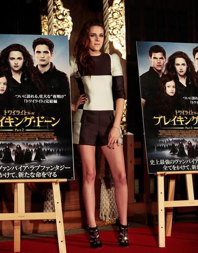 Kristen Stewart promoting Breaking Dawn in Tokyo, Nhật Bản