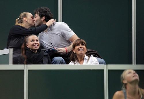 Kvitova and Jagr kissing beside tennis court..