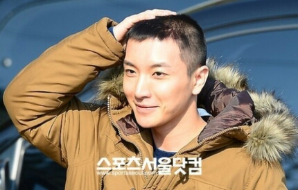 Super Junior wallpaper possibly containing a portrait entitled Leeteuk Enters Military Service :'(