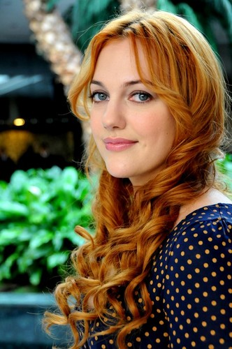 トルコの俳優・女優 壁紙 possibly with a portrait titled Meryem Uzerli