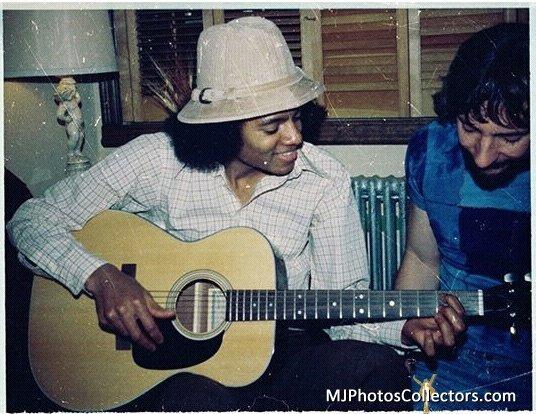 Michael playing 吉他