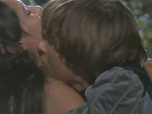 Romeo & Juliet Kissing On Balcony
