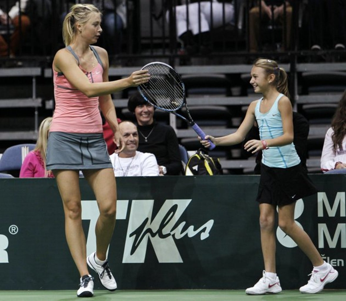 Sharapova played with small girl