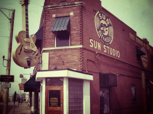 Elvis Presley kertas dinding probably with a tavern, a diner, and a school titled Sun Studio