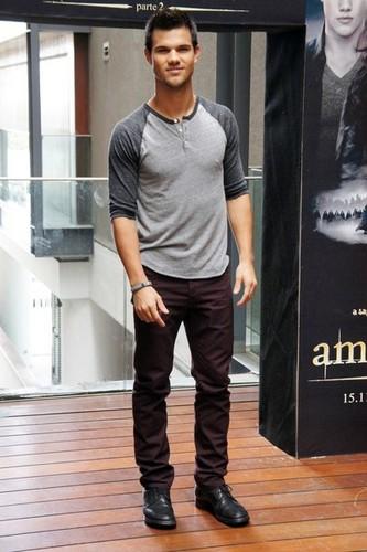 Taylor Lautner Promotes Breaking Dawn Part 2 In Brazil