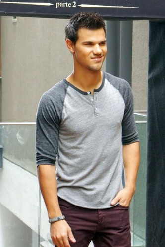 Taylor Lautner Promotes Breaking Dawn Part 2 In Brazil