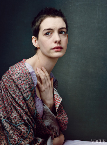 Anne Hathaway as Fantine in Les Misérables photographed によって Annie Leibovitz