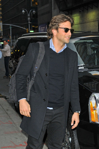 Bradley Cooper Greets 粉丝 in NYC