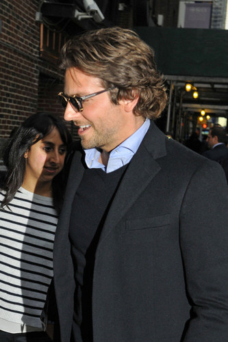 Bradley Cooper Greets شائقین in NYC