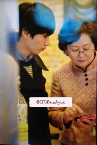 "Hyuk opens Bakery toko for his Mom ""Tous Les Jours"" - (14 Nov 2012)"