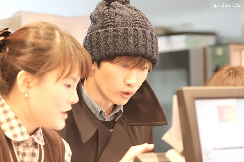 "Hyuk opens Bakery cửa hàng for his Mom ""Tous Les Jours"" - (14 Nov 2012)"