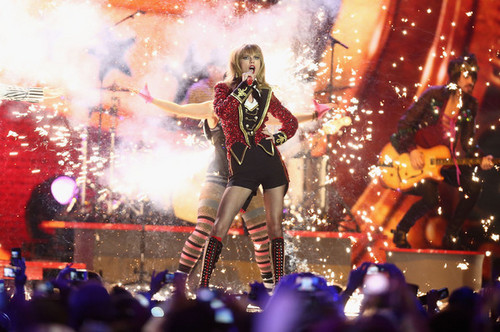 Taylor schnell, swift performs at the MTV EMA's, 2012