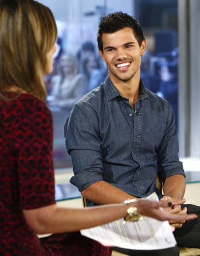 Taylor Lautner پیپر وال entitled The Today دکھائیں