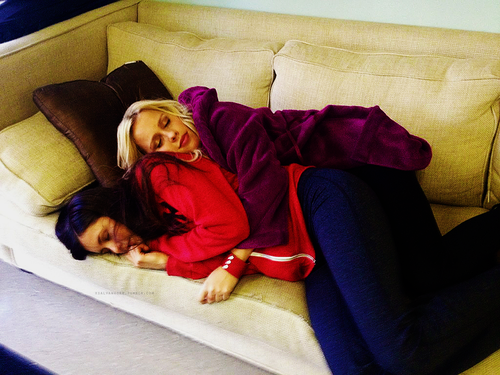 The Vampire Diaries-Clarie Holt&Nina dobrev sleep on set