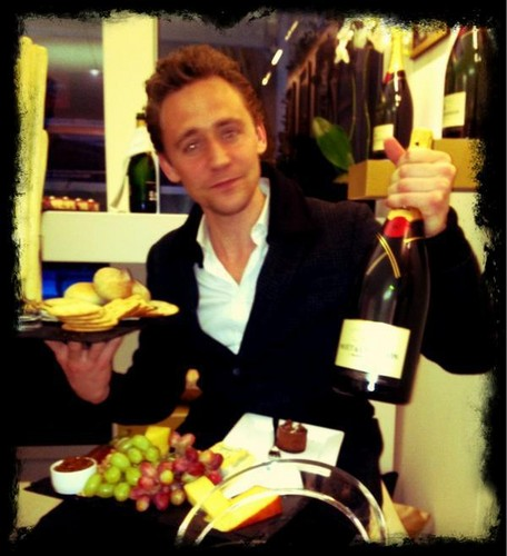 Tom Hiddleston wallpaper entitled Tom at the ATP World finals Suite Moet & Chandon