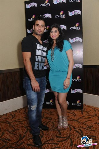 Vivian Dsena fond d'écran with a sign called vivian n vabiz @Uttaran 1000 Episode Celebration Party