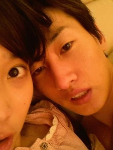 wow wow  iu and eunhyuk on bed but plz click the link