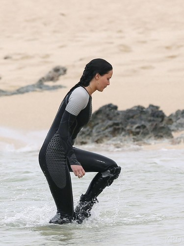 Katniss Everdeen fond d'écran probably with a water entitled Catching feu shooting in Hawaii