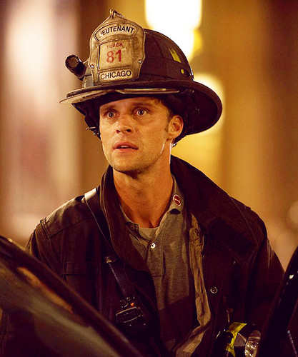 Chicago feuer (2012 TV Series) Hintergrund with a fedora, a snap brim hat, and a campaign hat called Chicago feuer